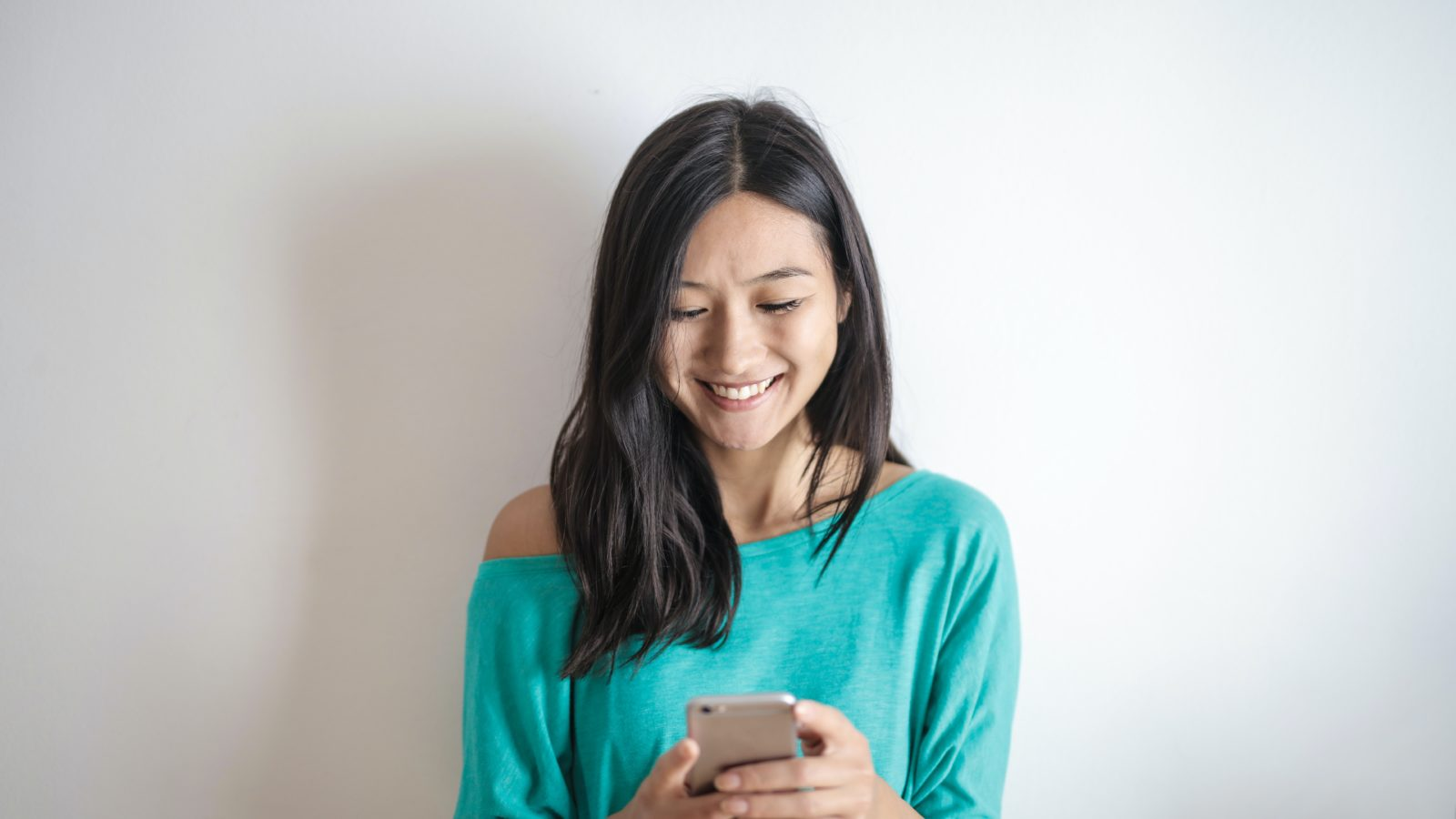 3 ways to flirt with a girl over text (or online message) 5